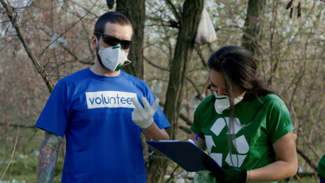 freiwillige im gespräch mit koordinator während der arbeit - unterordnung stock-videos und b-roll-filmmaterial