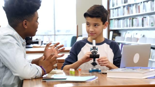 有志の個人教師は、科学割り当てプレティーン ヌード学生 - 化学点の映像素材/bロール