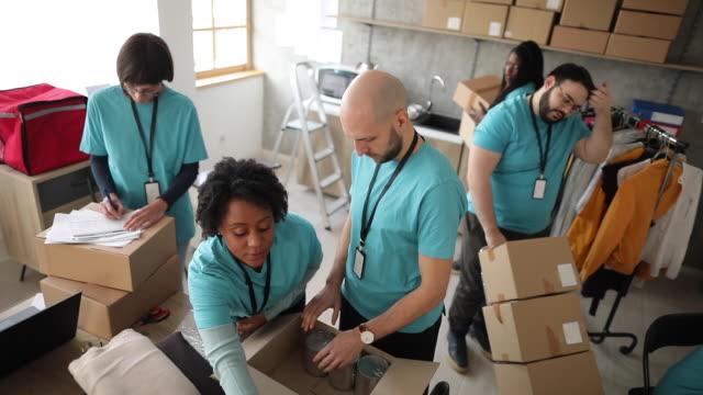 gönüllüler kontrol ve hayır sever bağışambalaj - giving tuesday stok videoları ve detay görüntü çekimi