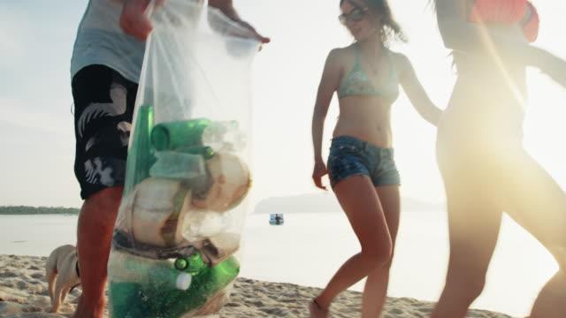 被験者のクリーニングビーチ 4 k - 持ち上げる点の映像素材/bロール