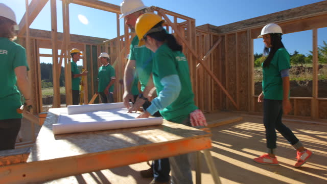 vídeos de stock, filmes e b-roll de voluntários no projeto de construção - voluntário