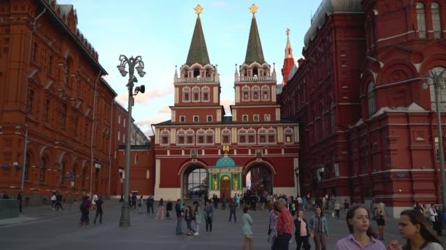 voskresenskie vorota, röda torget, moskva, ryssland. kvällen utsikt över torget - moskva bildbanksvideor och videomaterial från bakom kulisserna