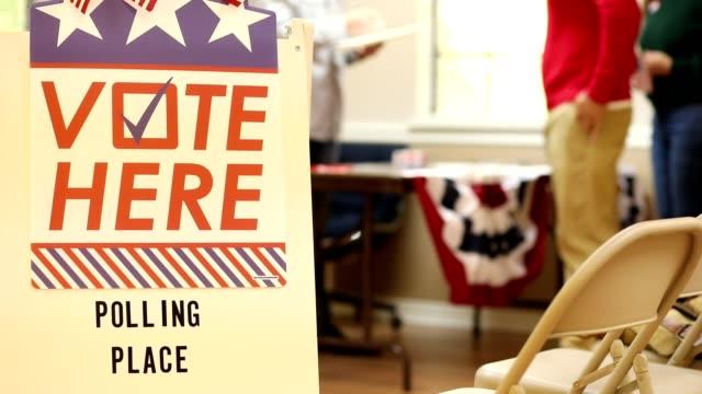 vidéos et rushes de votez ici. les américains s'inscrivent pour voter au bureau de vote lors de l'élection américaine. - démocratie