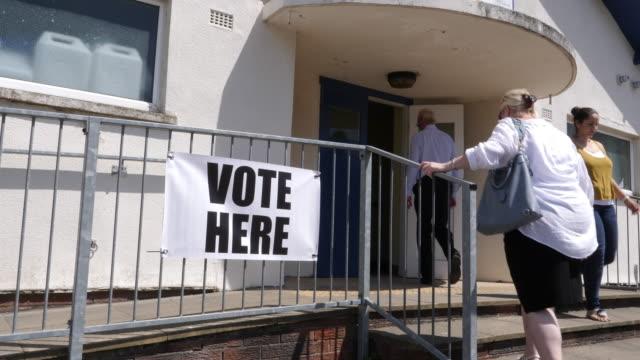 vidéos et rushes de 4k: vote ici signe / bannière - les gens vote - vote