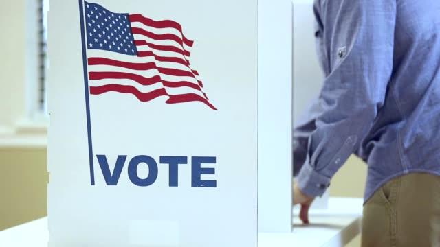 vídeos y material grabado en eventos de stock de lv electores que se rotan dentro y fuera de la cabina en una elección de ee.uu. - polling place