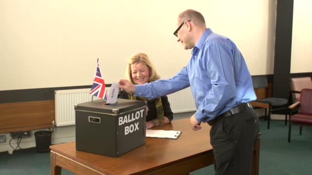 vidéos et rushes de bulletin de vote dans boîte pour l'élection (vote) - picto urne