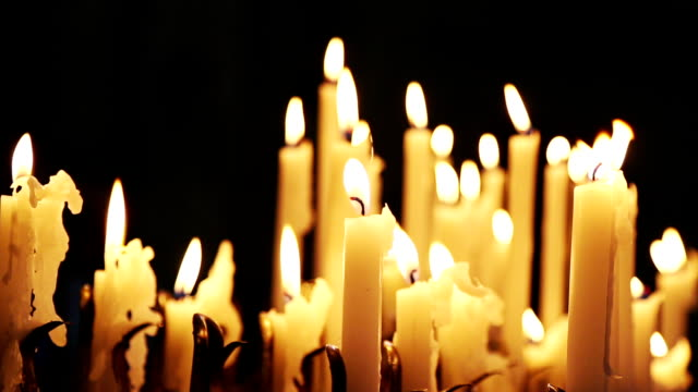 Weihkerzen Brennen in einer Kirche – Video