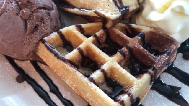 waffle with ice cream - fatto in casa video stock e b–roll