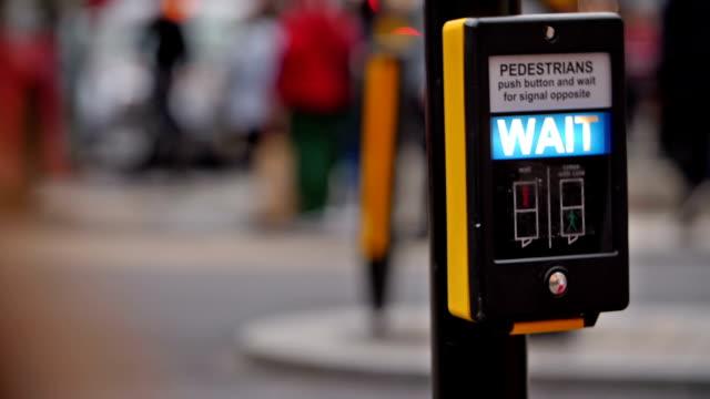 stockvideo's en b-roll-footage met teken wachten voor voetgangers - verkeersbord