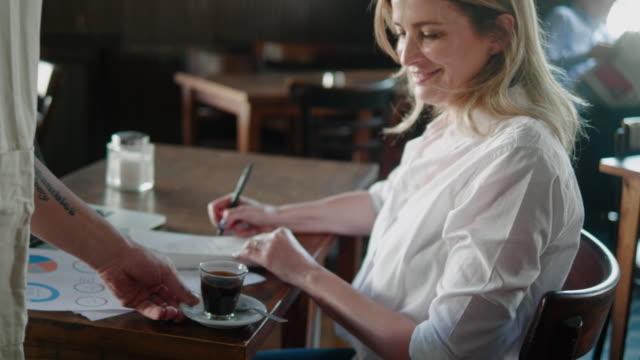 vídeos de stock, filmes e b-roll de empregado de mesa que traz o café ao cliente no restaurante argentino - sul europeu