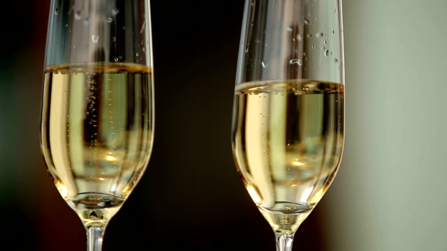 kellner holding zwei gläser mit champagner. nahaufnahme up - champagner toasts stock-videos und b-roll-filmmaterial
