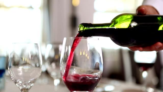 kellner eingießen eine flasche rotwein - rotwein stock-videos und b-roll-filmmaterial