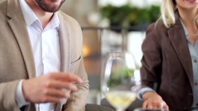 kellner gießt wein in einem restaurant - winzer sitzend trauben stock-videos und b-roll-filmmaterial