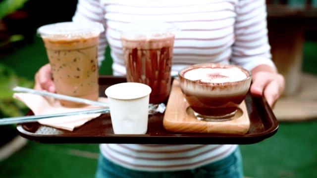 cu : waiter serving coffee - taca filmów i materiałów b-roll