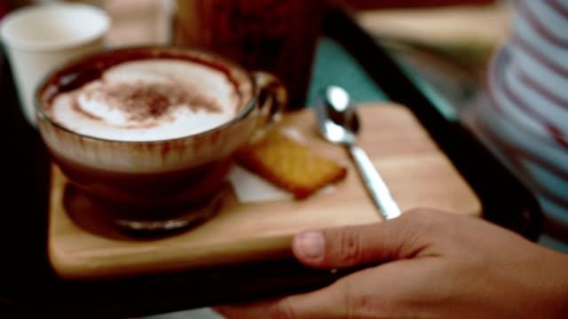 vídeos de stock, filmes e b-roll de cu: café de servindo de garçom - chocolate quente