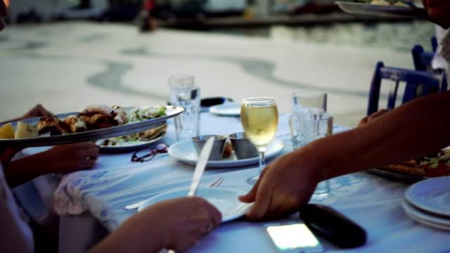 vídeos y material grabado en eventos de stock de cena de servir de camarero en restaurante - grecia europa del sur