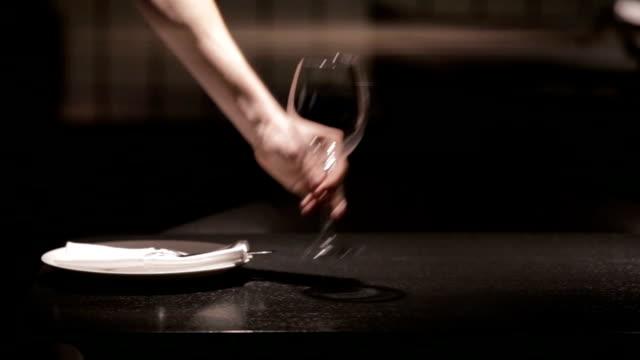 stockvideo's en b-roll-footage met ober instellen in de tabel in restaurant - omgeving