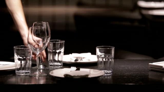 ウェイターがレストランのテーブルセッティング ビデオ