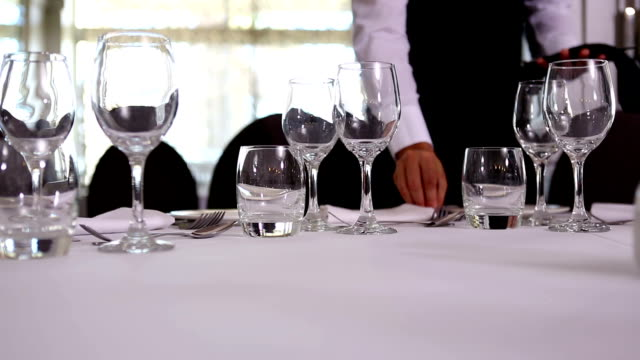 stockvideo's en b-roll-footage met waiter setting the table - tafel restaurant top