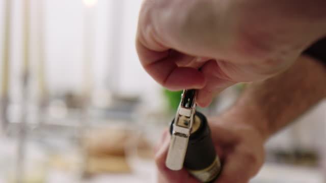 식당에서 와인 병을 여는 코르크 나사를 사용하는 웨이터 - 와인병 스톡 비디오 및 b-롤 화면