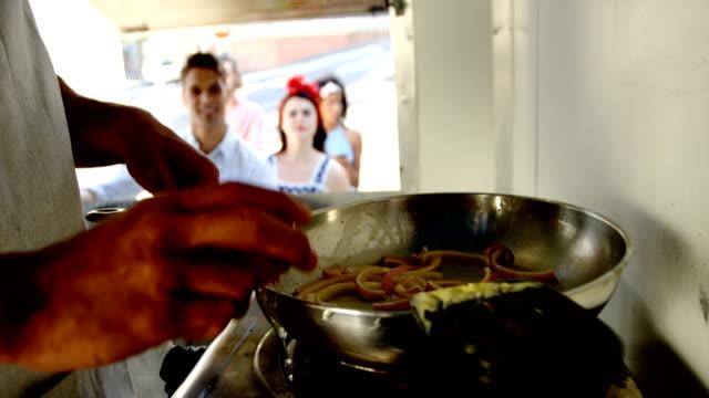 stockvideo's en b-roll-footage met ober werken bij balie van food truck - foodtruck