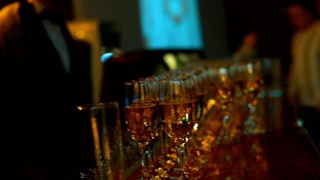vídeos de stock, filmes e b-roll de garçons para oferecer aos hóspedes dring brilharam vinho - eventos de gala