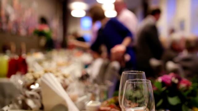 ウェイターズサービステーブルでは、ウェディングセレモニーや、花嫁と花婿があります。 ビデオ