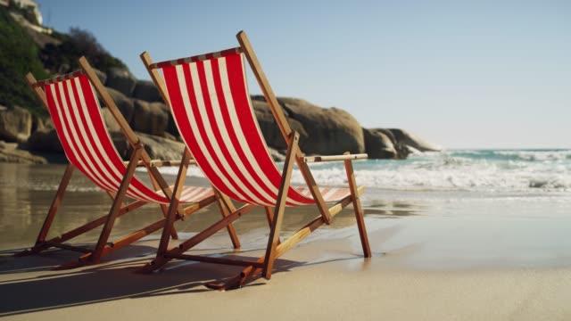 warten, dass jemand kommen, entspannen - sun chair stock-videos und b-roll-filmmaterial