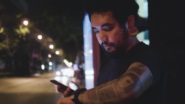 夜タクシーを待っています。 ビデオ