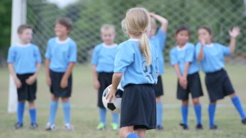 vidéos et rushes de en attente pour le match de soccer au début - petites filles