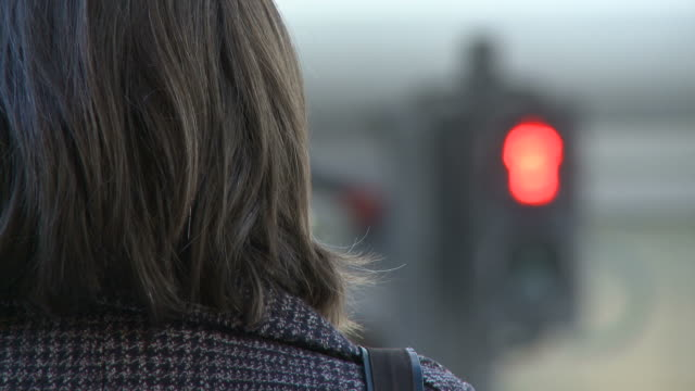 hd :ウェイティングをクロス - 交通信号機点の映像素材/bロール