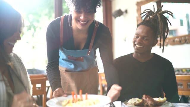 レストランでカップルに料理を提供するウェイトレス - サービス点の映像素材/bロール