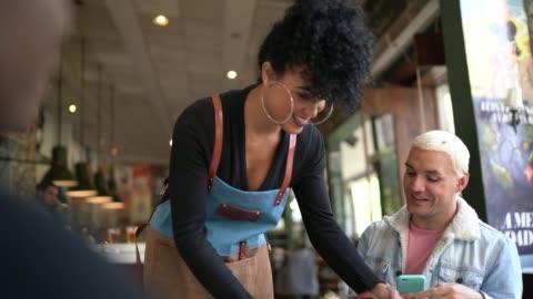 cameriera che serve piatto per accoppiarsi in un ristorante - abbigliamento casual video stock e b–roll