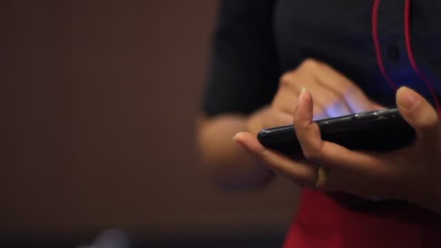 ウェイトレスは、デジタルタブレットを使用して食品の注文を取る - 外食産業関係の職業点の映像素材/bロール