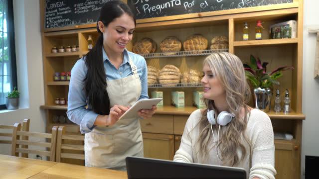Serveuse prenant la commande d'un client à l'aide d'une tablette - Vidéo