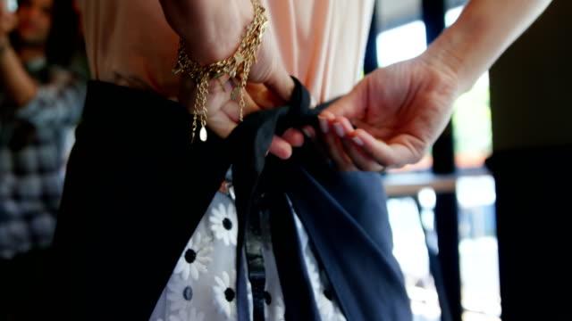 vídeos de stock e filmes b-roll de waitress wearing apron in restaurant - avental