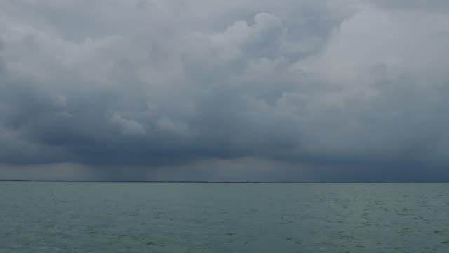 vídeos de stock, filmes e b-roll de acorde de um navio no mar com água do oceano azul - distante