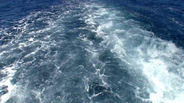 vidéos et rushes de wake rapide mouvement bateau à moteur - nageoire caudale