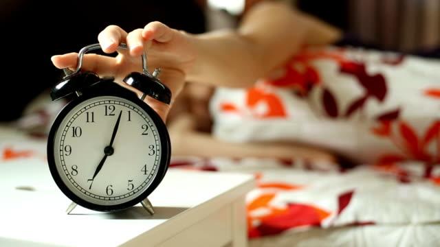 vakna, kvinna försöker - alarm clock bildbanksvideor och videomaterial från bakom kulisserna