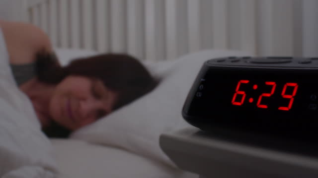stockvideo's en b-roll-footage met wekker, 7 am wakker. - omgeving