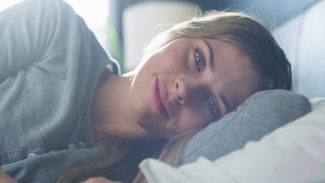 vídeos de stock e filmes b-roll de waking up to a beautiful day - acordar