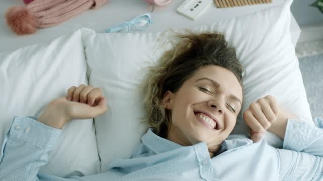 vídeos de stock e filmes b-roll de waking up with smile - acordar