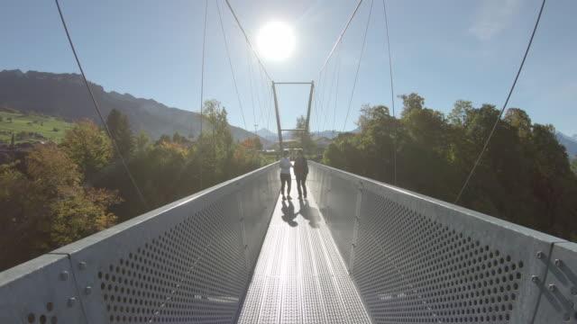 POV spazieren Metall Hängebrücke, zur anderen Seite – Video