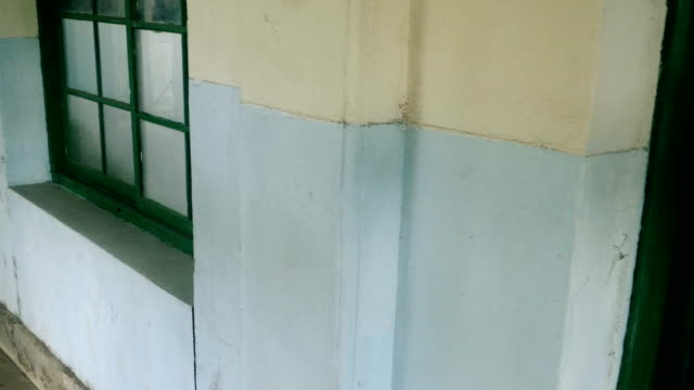 korridor der verlassenen krankenhaus gehen - waschmaschine wand stock-videos und b-roll-filmmaterial