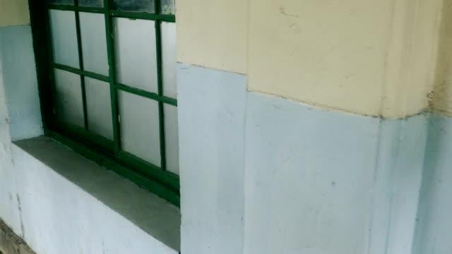 gehen sie die äußere korridor von verlassenen krankenhaus - waschmaschine wand stock-videos und b-roll-filmmaterial