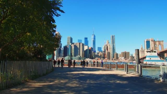 vídeos de stock e filmes b-roll de walk in new york city - frente ao mar