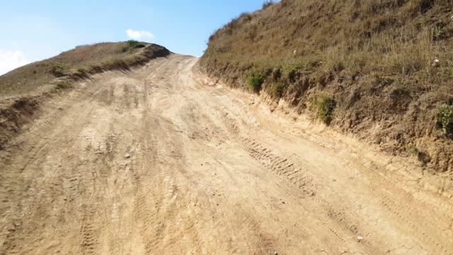 vídeos y material grabado en eventos de stock de a pie de carretera, cerca de - terreno extremo