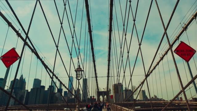 stockvideo's en b-roll-footage met lopen op de brooklyn bridge - stabilized shot