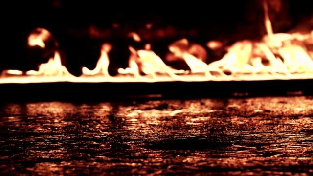 vídeos de stock e filmes b-roll de walk through fire - inflamável