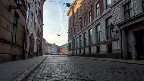 vídeos de stock e filmes b-roll de walking along the cobbled street of old riga at dawn, latvia. steadicam shot - rua